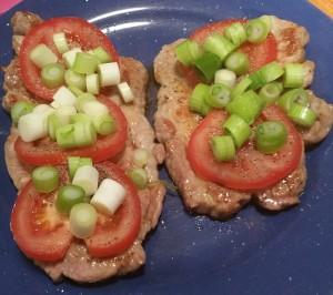 Steak mit Tomate und Käse überbacken
